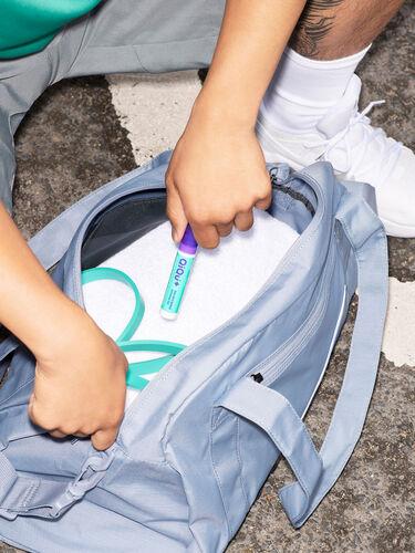 Ein QiQu Skin Repair Dispenser in einer Sporttasche