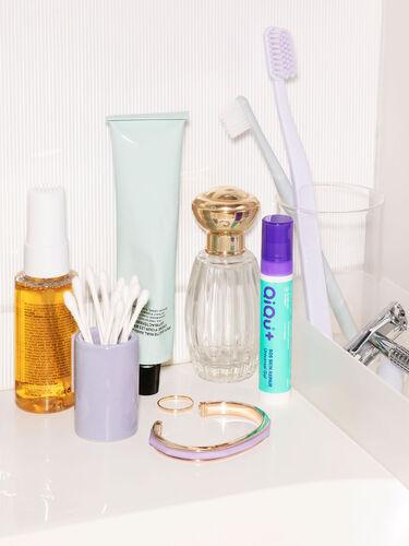 Ein Fläschchen QiQu Skin Repair in einem Badezimmer