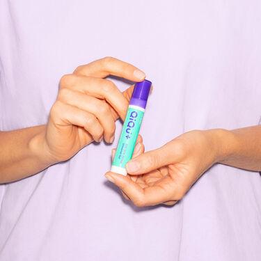 Person hält QiQu Skin Repair in den händen