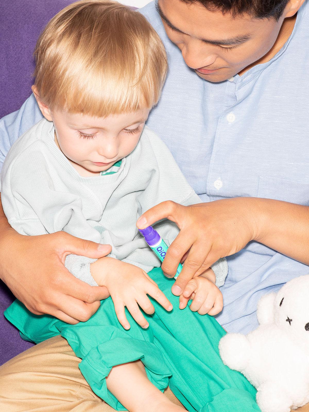 Man trägt QiQu Skin Repair Gel auf Hand eines Kindes auf