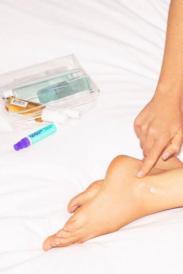 Person trägt QiQu Skin Repair am Knöchel auf